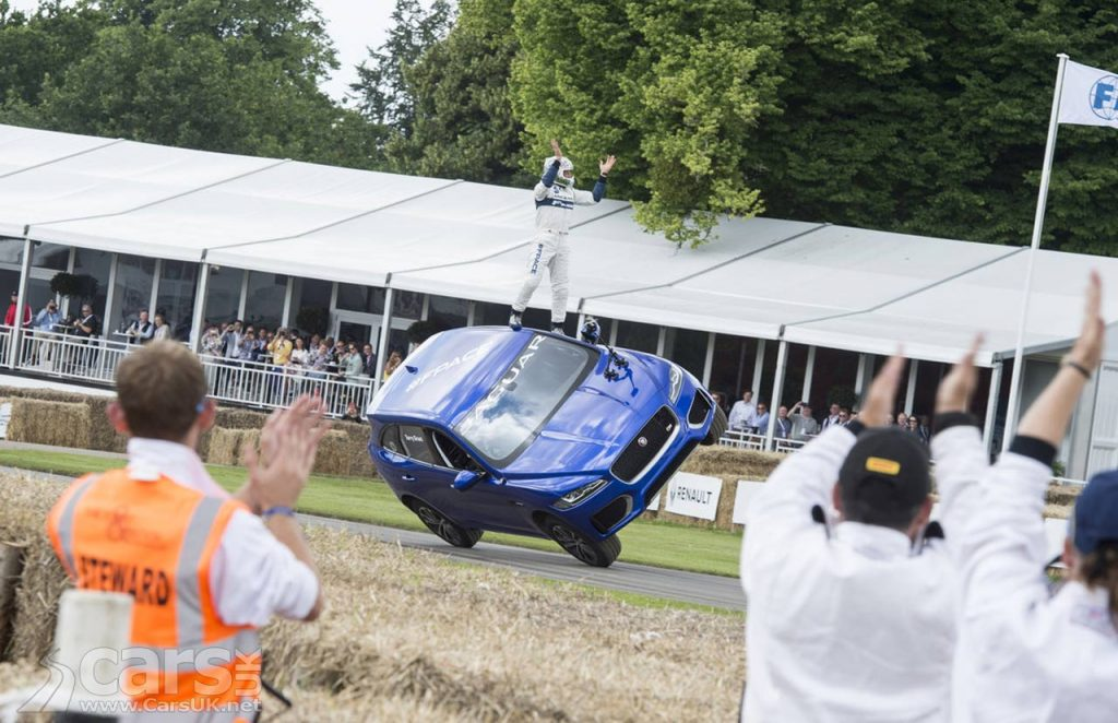 Photo Jaguar F-PACE goes up the Goodwood hillcilmb on TWO wheels