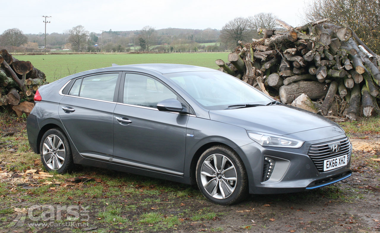 hyundai ioniq hybrid premium se review 2017 is the ioniq a match for the prius cars uk. Black Bedroom Furniture Sets. Home Design Ideas