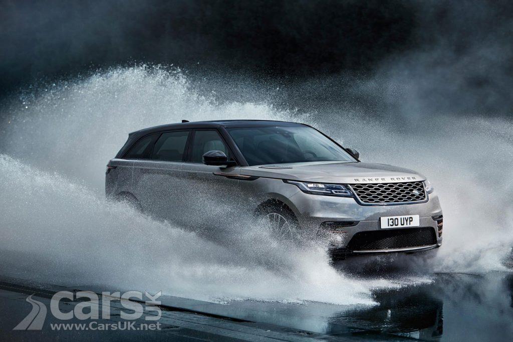 Photo Range Rover Velar splashing through water