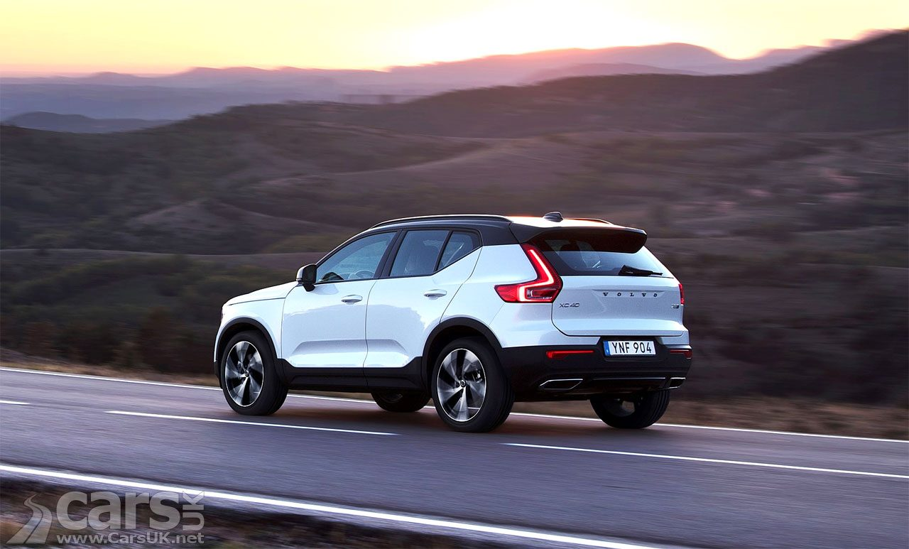 Photo Volvo XC40 on deserted road at night