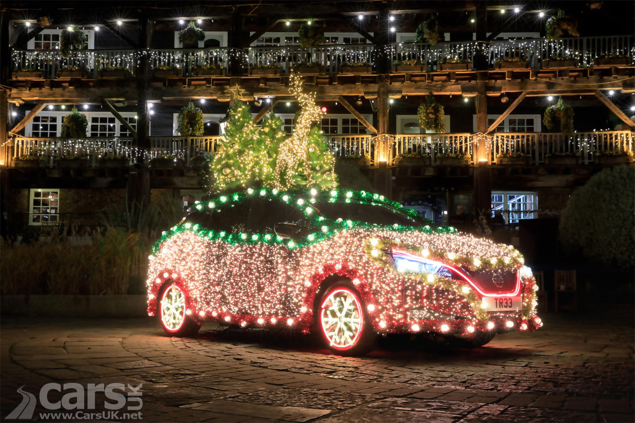 Photo Nissan LEAF decked out as a Christmas Tree