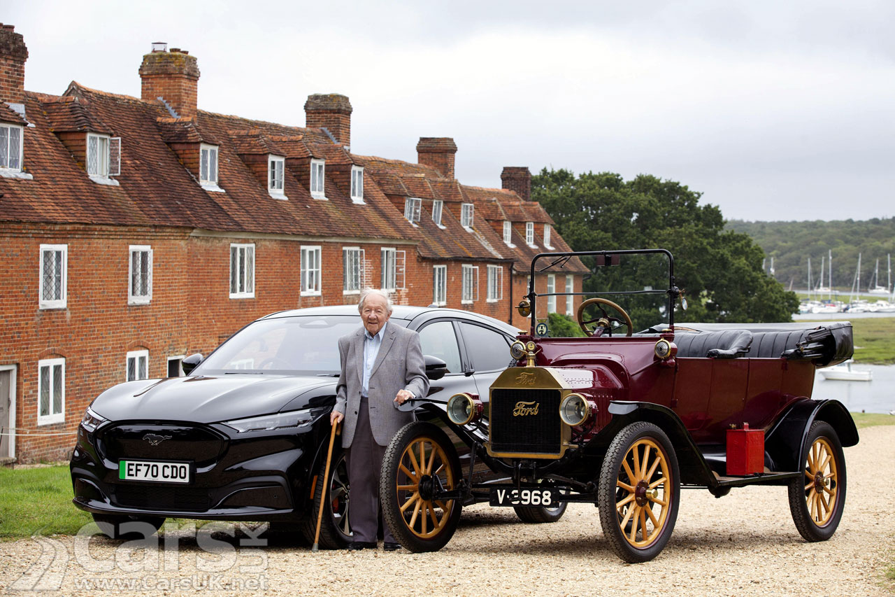 Photo 101-year-old Harold Baggot with the electric Ford Mustang Mach-E